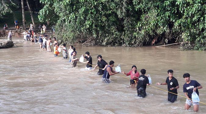 นักศึกษามหาวิทยาลัยวลัยลักษณ์ช่วยเหลือผู้ประสบอุทกภัย