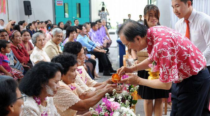 ม.วลัยลักษณ์จัดสงกรานต์ บุคลากร-นักศึกษาใส่ชุดไทยร่วมรดน้ำดำหัวขอพรผู้สูงอายุ