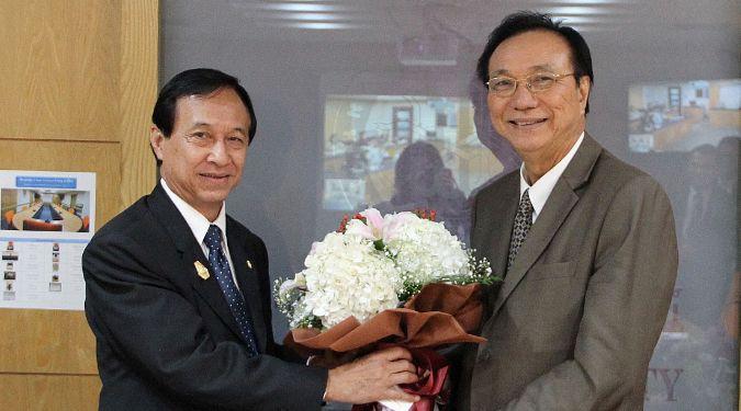 อธิการบดีมอบช่อดอกไม้แสดงความยินดีแก่กรรมการผู้ทรงคุณวุฒิ