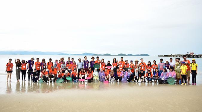 นักศึกษาค่ายวัฒนธรรมนานาชาติ 33 ประเทศ ลงพื้นที่ทำความสะอาดชายหาดที่อ.ขนอม