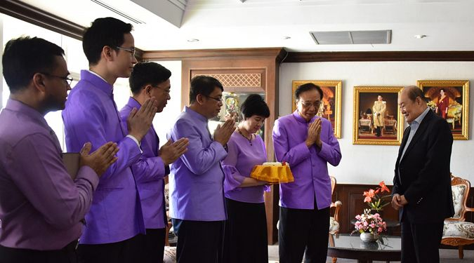 อธิการบดี ม.วลัยลักษณ์มอบมาลัยแสดงมุทิตาจิต แก่นายกสภามหาวิทยาลัย เนื่องในโอกาสวันครู 16 มกราคม 2562